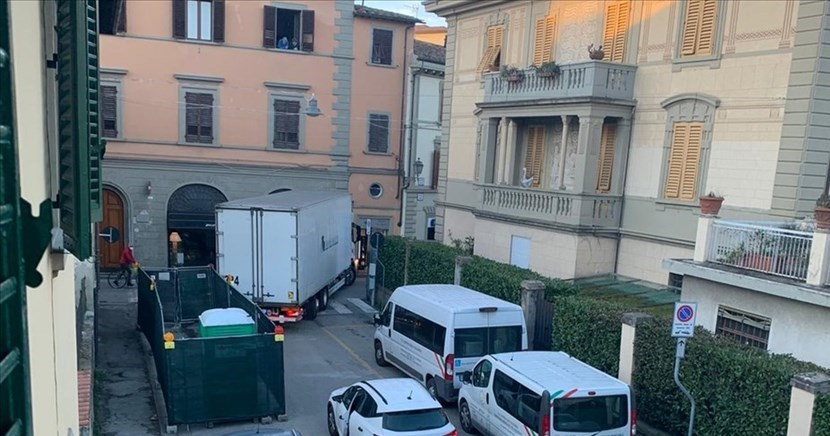 Il grosso camion in manovra
