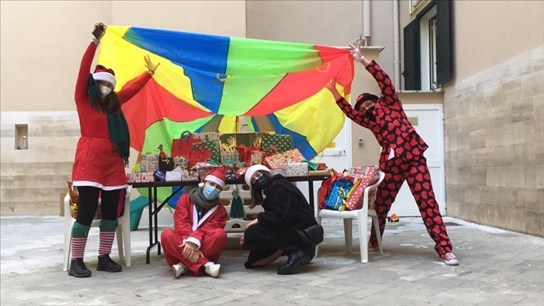 Clown in corsia all'Orfanotrofio di Trani