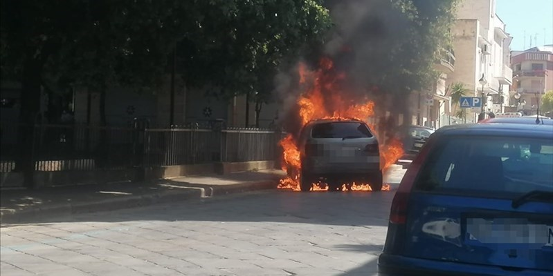 Auto in fiamme in via Bovio