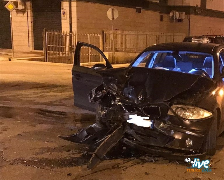 Spaventoso incidente su Viale Italia: impatto tra due auto ad un incrocio