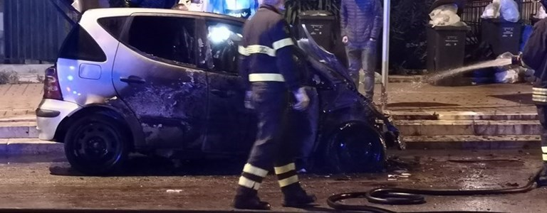 Auto in fiamme in via Barletta