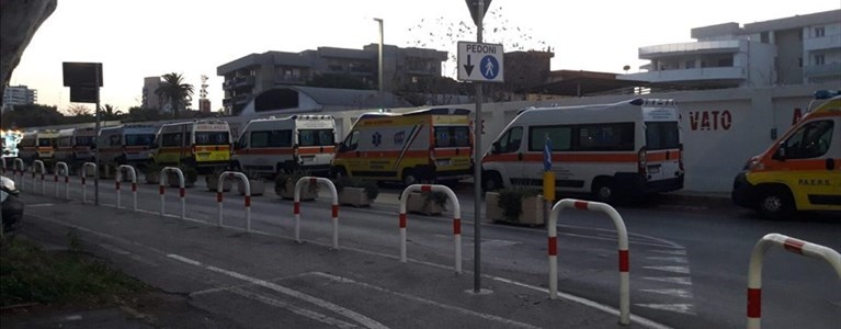 Covid, ambulanze in coda al Policlinico