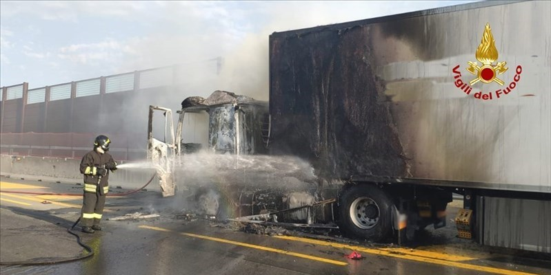 Ancora un camion in fiamme in A1