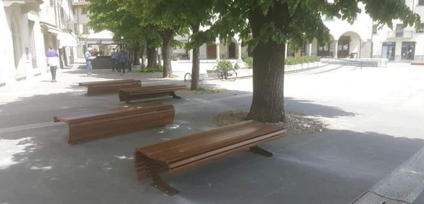 Nuove panchine in Piazza Cavour