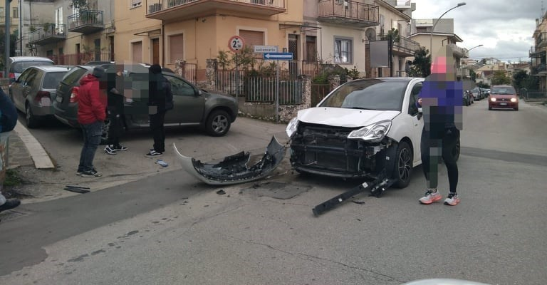 "Incidente tra due auto in via Valloncello, residenti: ""Sia messo in sicurezza l'incrocio"""