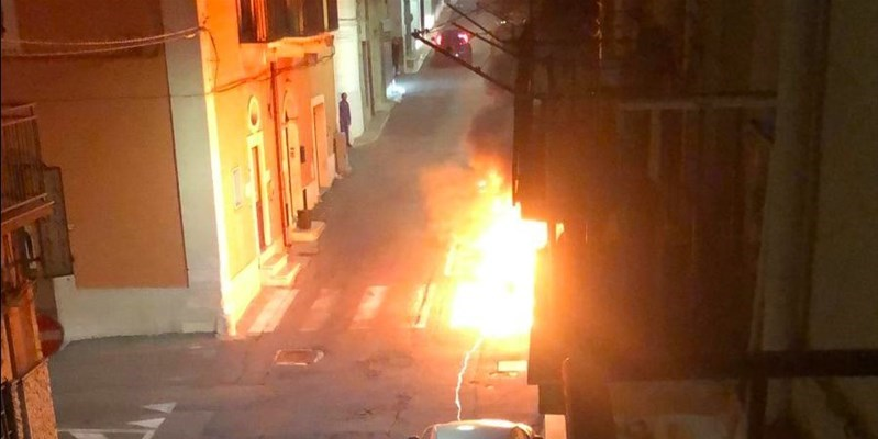 Mottola, incendio in via Palagianello: in fiamme uno scooter